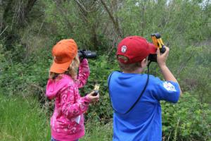 youth-participate-in-a-docent-led-hike-featuring-wildlife-viewing_w725_h484